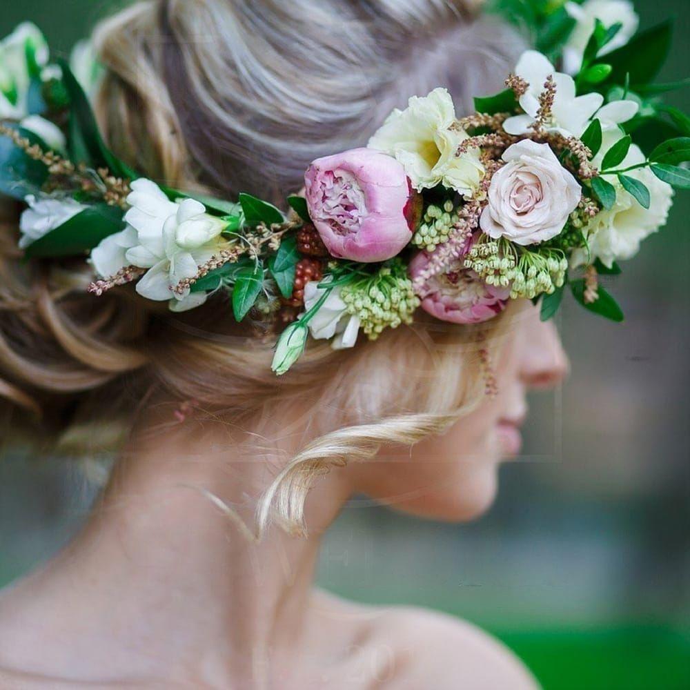 Украшение волос заколка из живых цветов с пионами, ежевикой и фисташкой