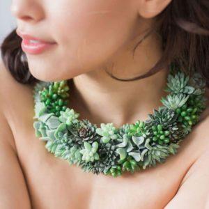 Подвеска\ожерелье из живых цветов с суккулентами и сенецион
