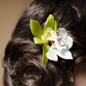 Заколка для волос из живых цветов с орхидеями цимбидиум