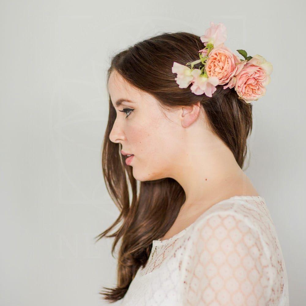 Заколка для волос из живых цветов с пионовидными розами