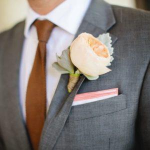 Бутоньерка с пионовидной розой, цинерарией и альстромерией
