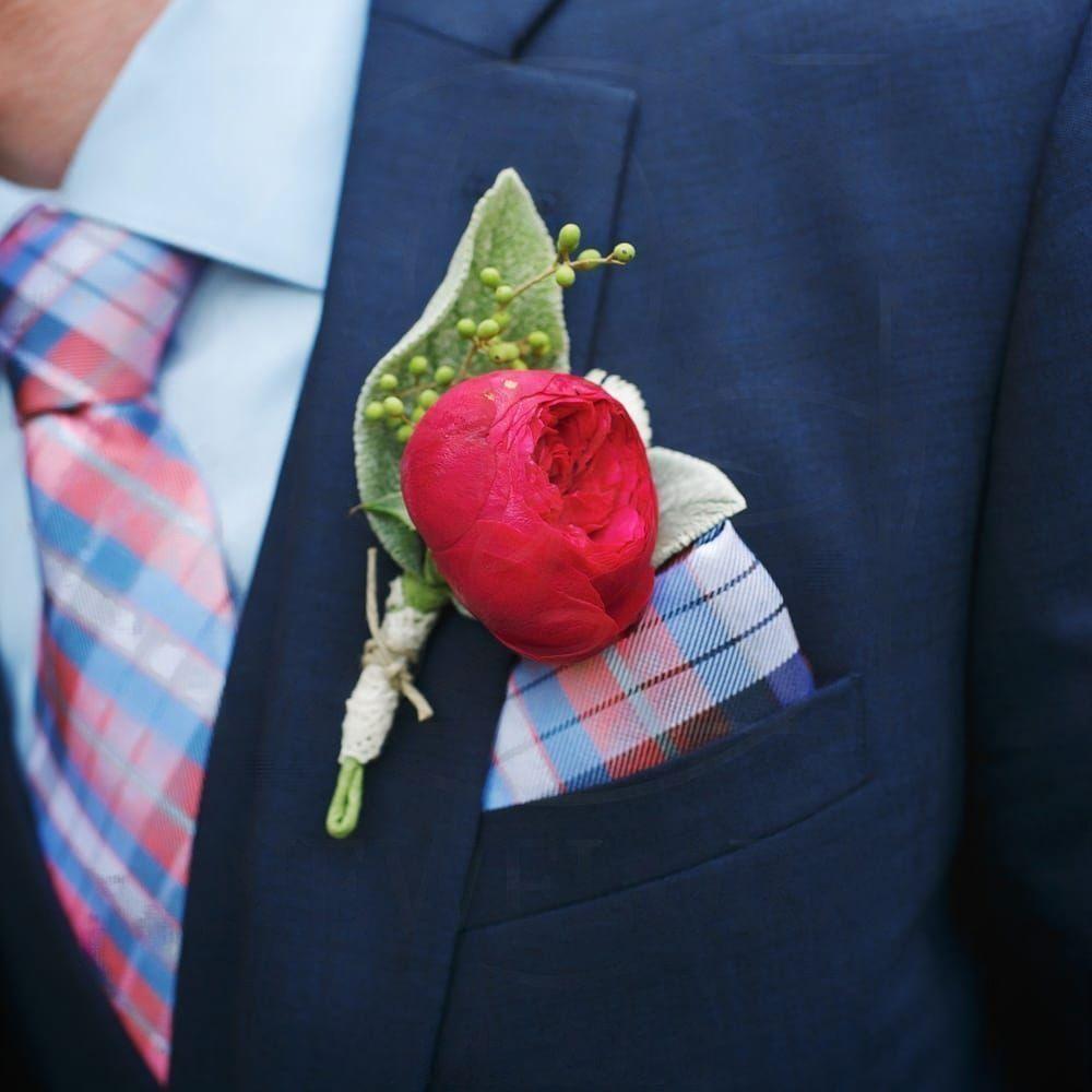 Бутоньерка с пионовидной розой, стахис и эвкалиптом