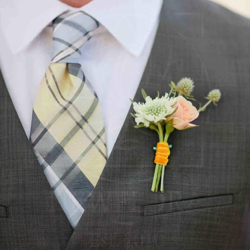 Бутоньерка со скабиозой, кустовой розой и эрингиум