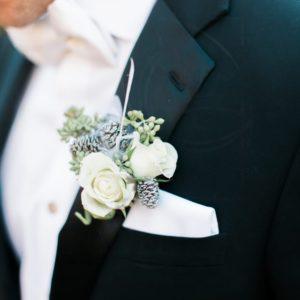 Бутоньерка с шишками ольхи, кустовыми розами и эвкалиптом