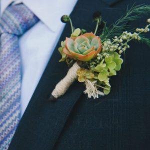 Бутоньерка с эхинацеей, суккулентом и зеленью