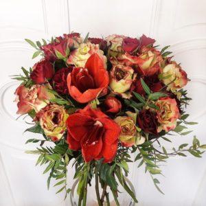 Букет 13 сортовых роз с амариллисами и зеленью