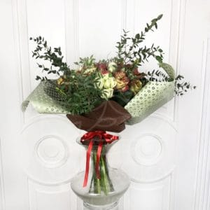 Букет 19 кустовых и классических роз с лилиями и зеленью