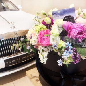 Шляпная коробка с гортензией, сиренью, пионами и зеленью (заказчик Rolls-Royce St.Petersburg)
