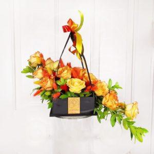 Цветочная сумочка 15 рыжих роз с зеленью
