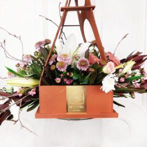 Цветочная сумочка с лилией, розами и прутьями березы