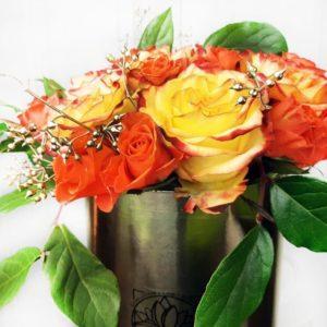 29 роз с зеленью в золотой шляпной коробке