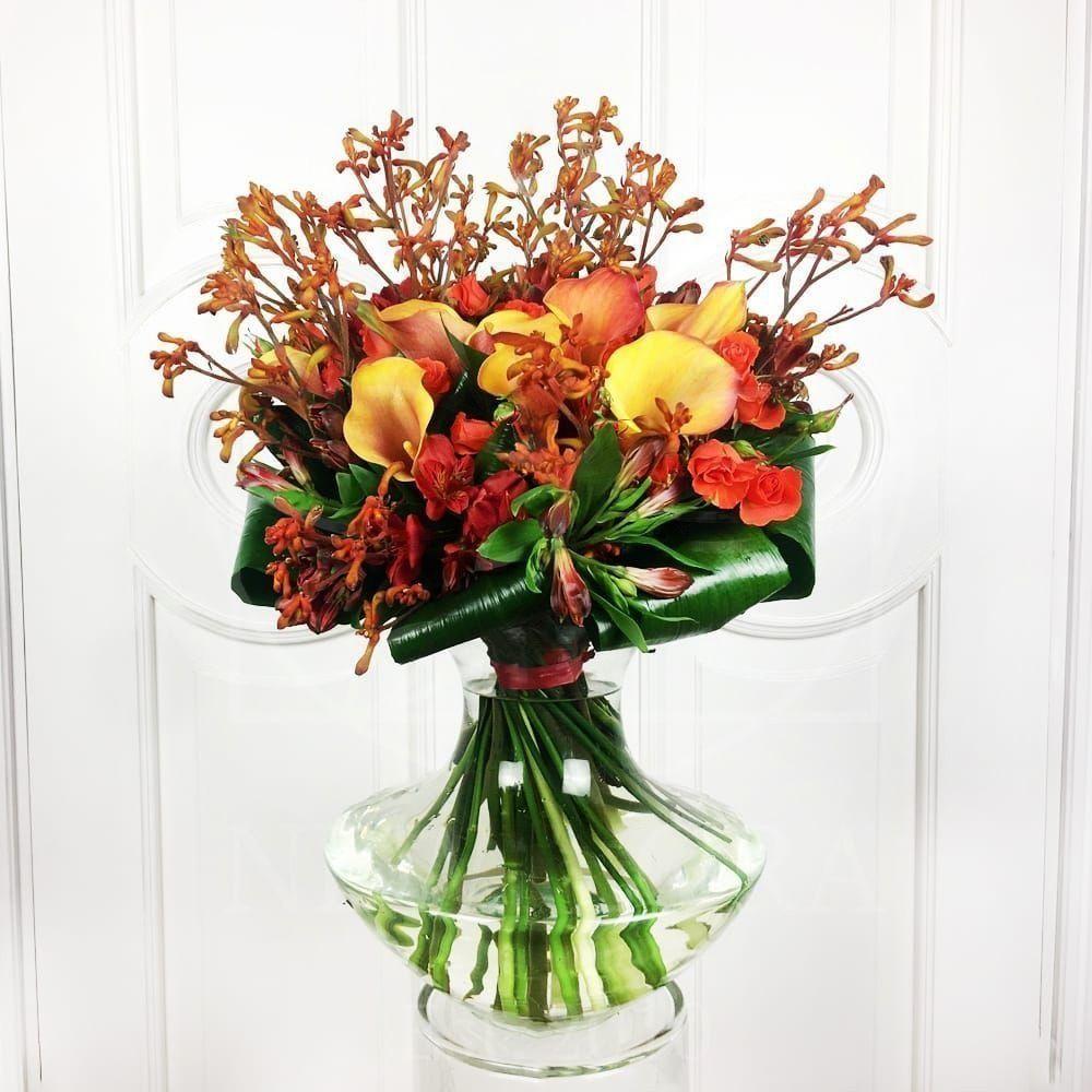 Экзотический букет 9 калл с розами и зеленью