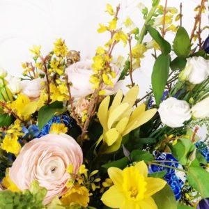 Корзина цветов с ранункулюсами и нарциссами