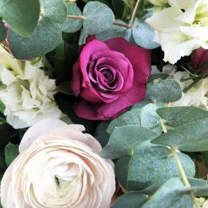Корзина цветов с ранункулюсами, кустовыми розами и эвкалиптом