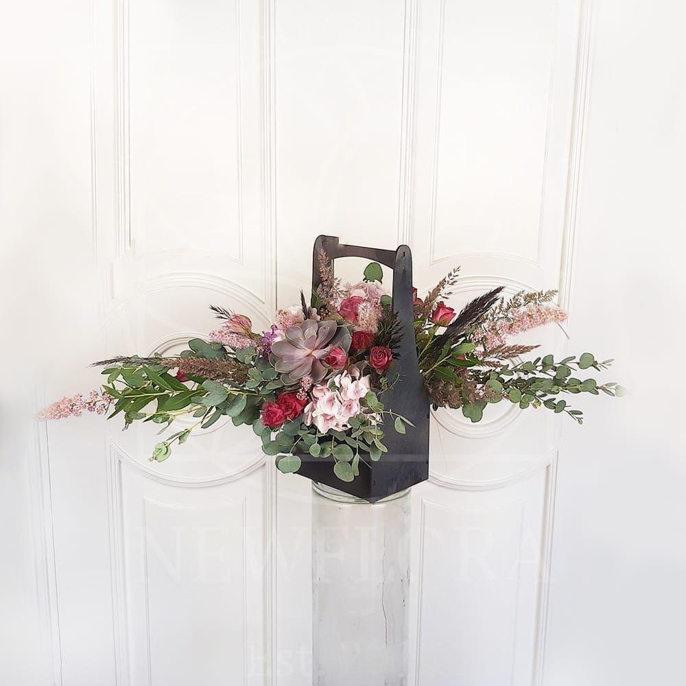 Корзинка цветов с гортензией, эвкалиптом и розами