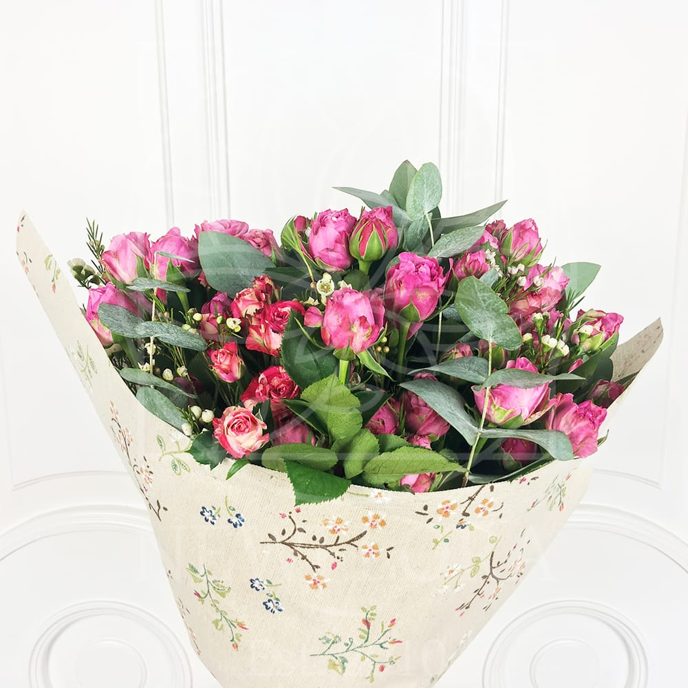 Букет 13 кустовых роз микс с зеленью