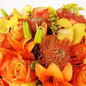 Экзотический букет 25 роз с лилией, протеями и орхидеей