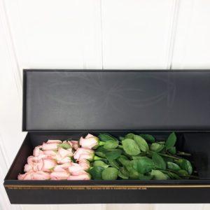 17 розовых роз в длинной коробке