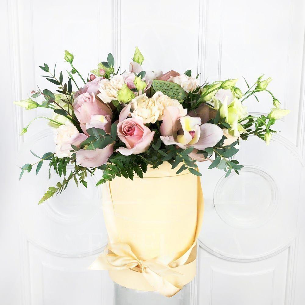 Шляпная коробка с орхидеями и лотосом Нелюмбо