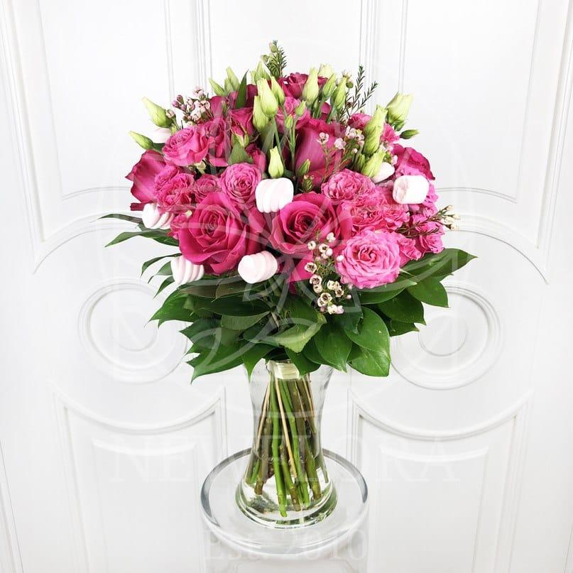 Букет 19 розовых роз с зеленью и зефирками