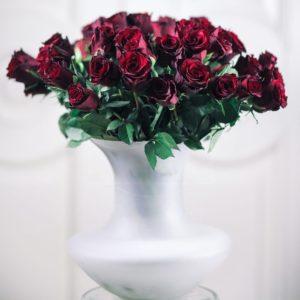 51 красная роза в матовой вазе