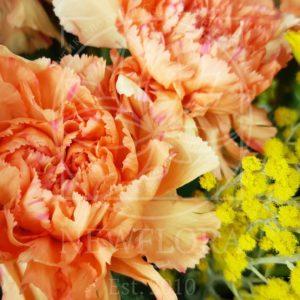 Маленькая корзина цветов с тюльпанами и мимозой