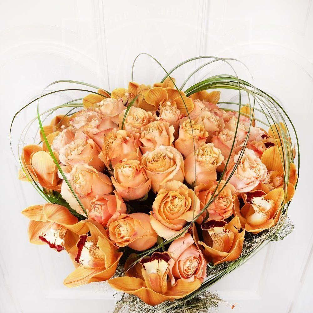 Букет сердце 35 роз с орхидеями