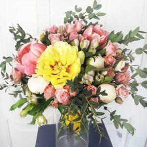 Букет пионов с кустовыми розами и альстромерией