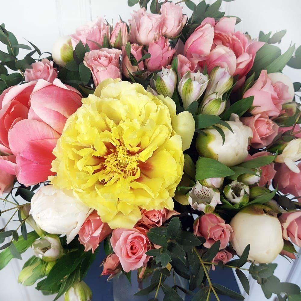 Букет 9 желтых и розовых пионов с кустовыми розами и альстромерией