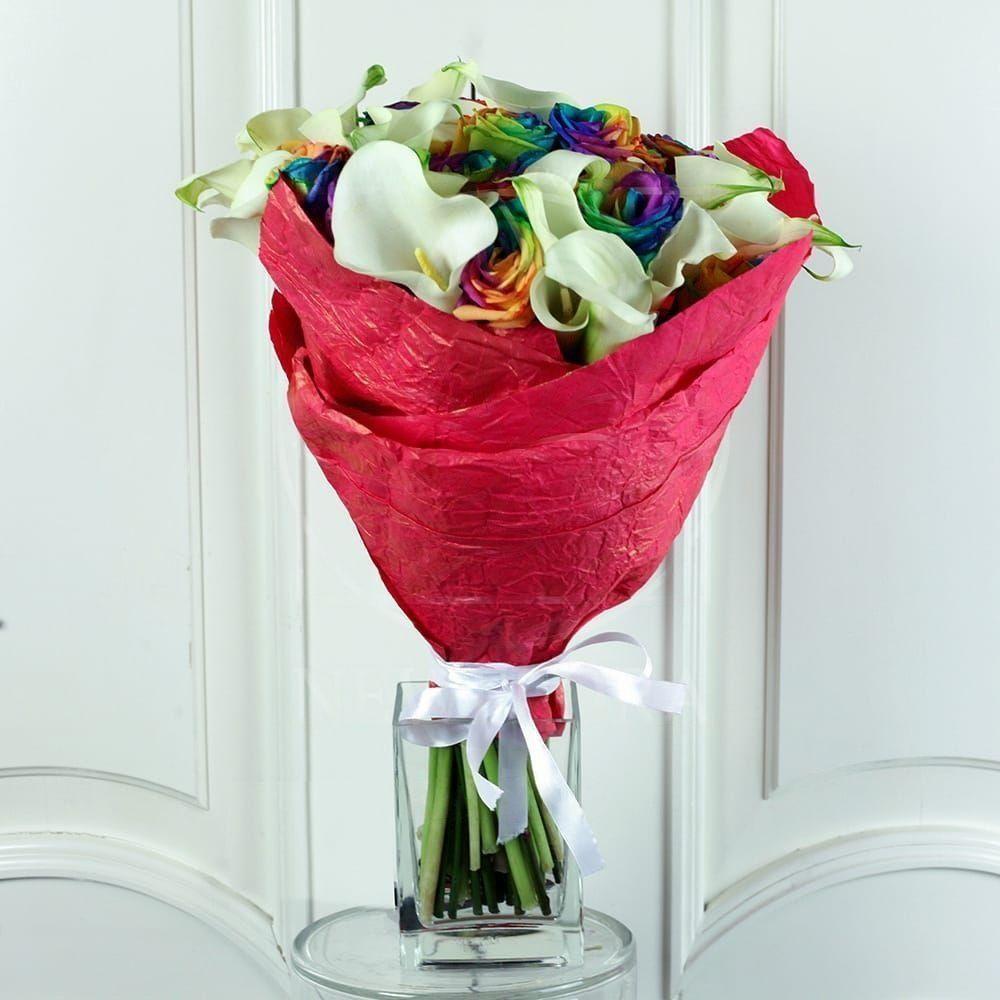 Букет 25 радужных роз с мини каллами
