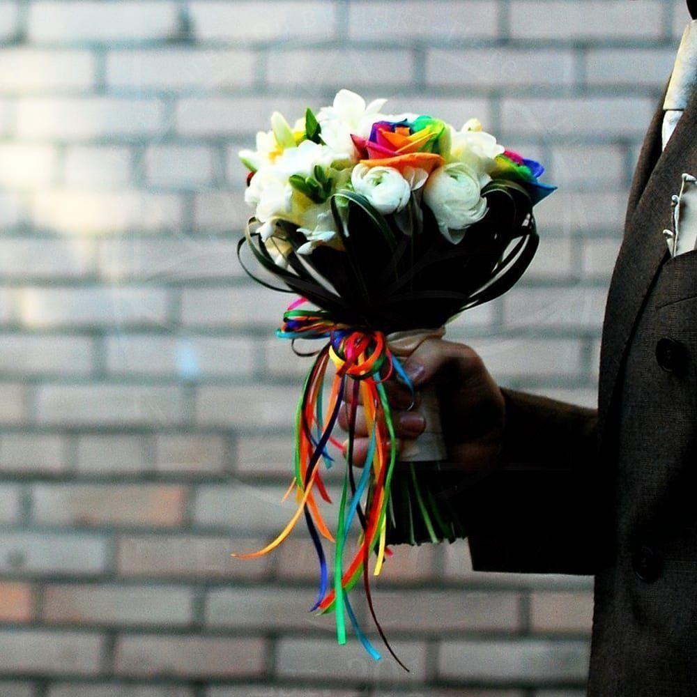 Свадебный букет с радужными розами и ранункулюсами