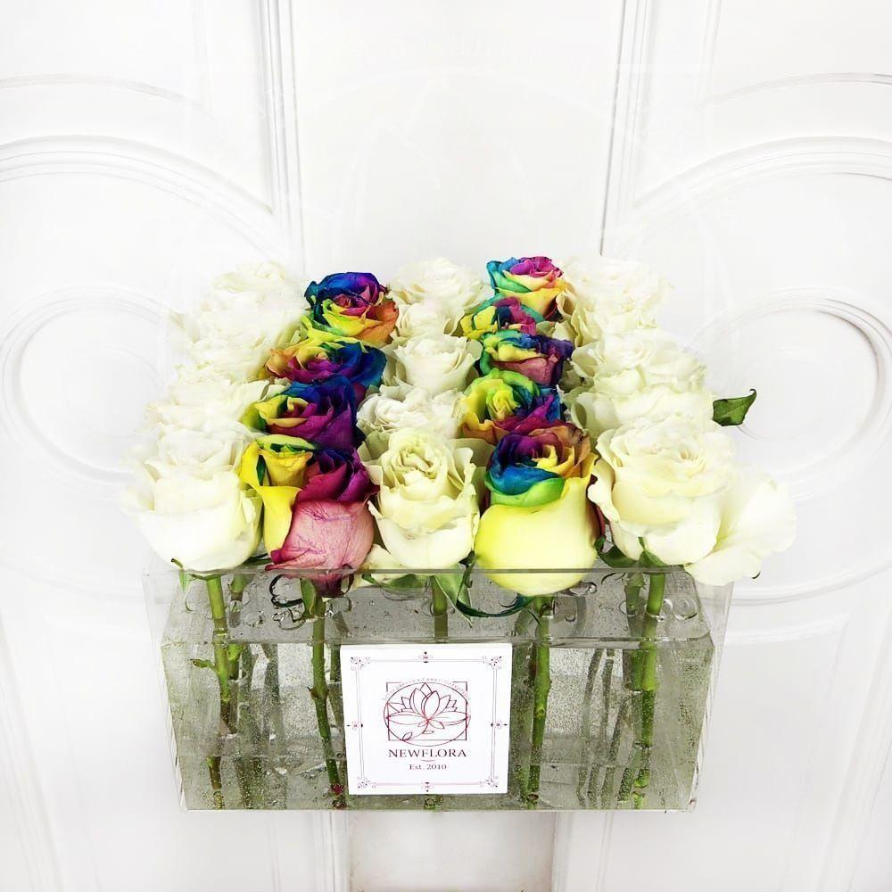 25 радужных и белых роз в акриловой коробке