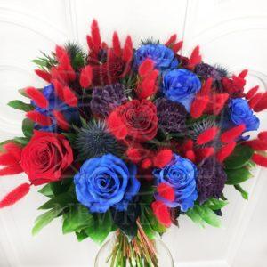 Букет 15 синих (Premium) и красных роз с гвоздикой и зеленью