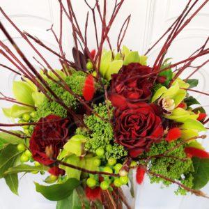 Авторский букет 5 красных роз с орхидеями и зеленью