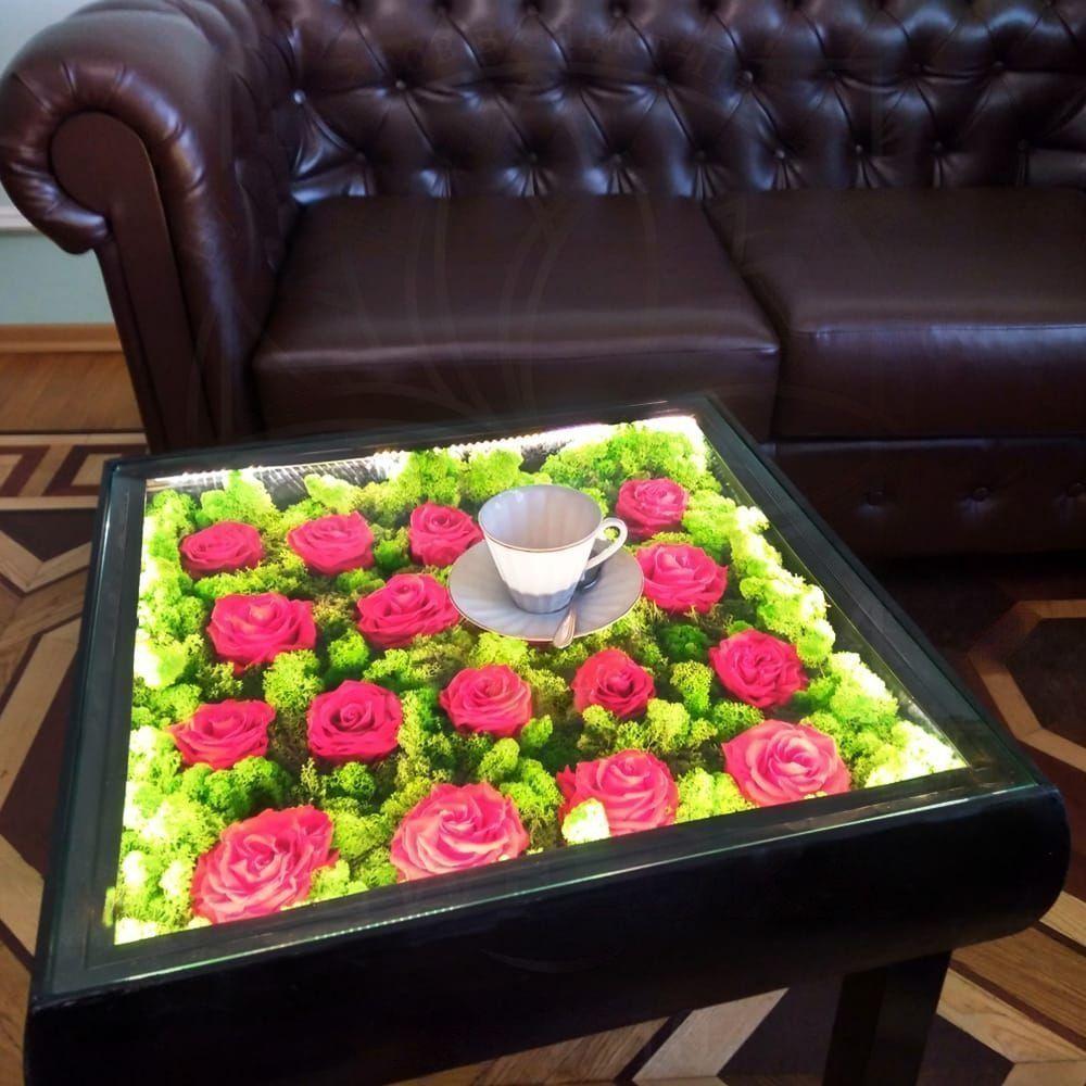 Журнальный столик со стабилизированным мхом и стабилизированными бутонами роз 55×55см