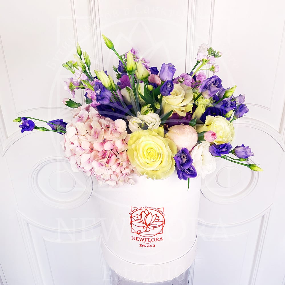 Шляпная коробка с пионами, гортензией, розами и зеленью