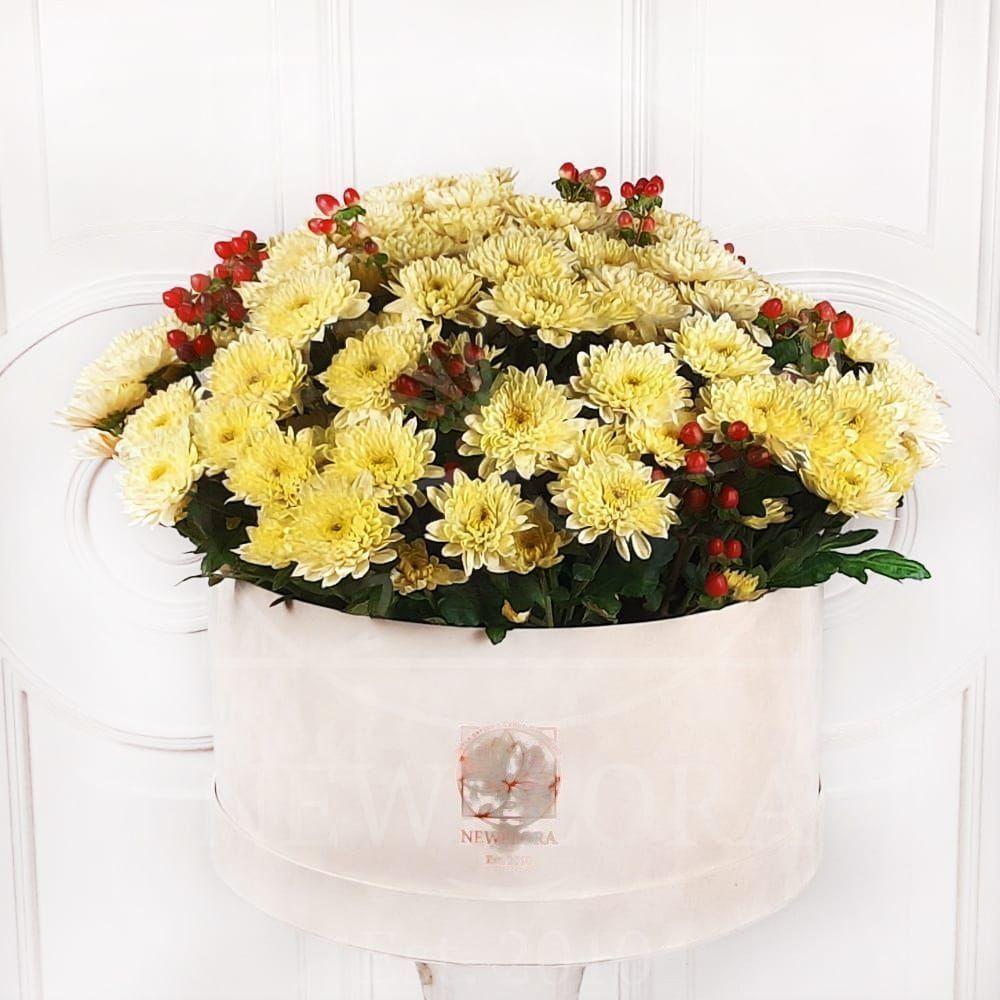 25 кустовых хризантем с ягодами в шляпной коробке