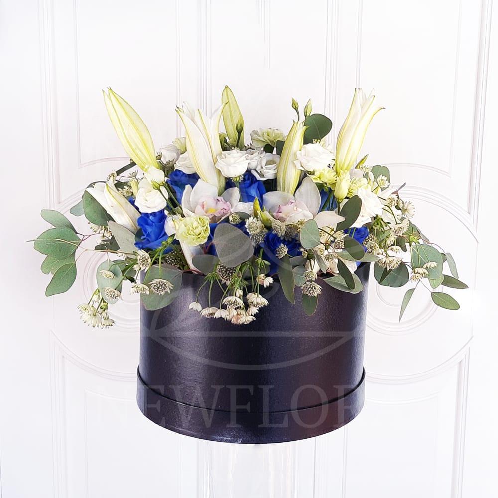 Шляпная коробка 15 синих роз (Premium) с лилиями
