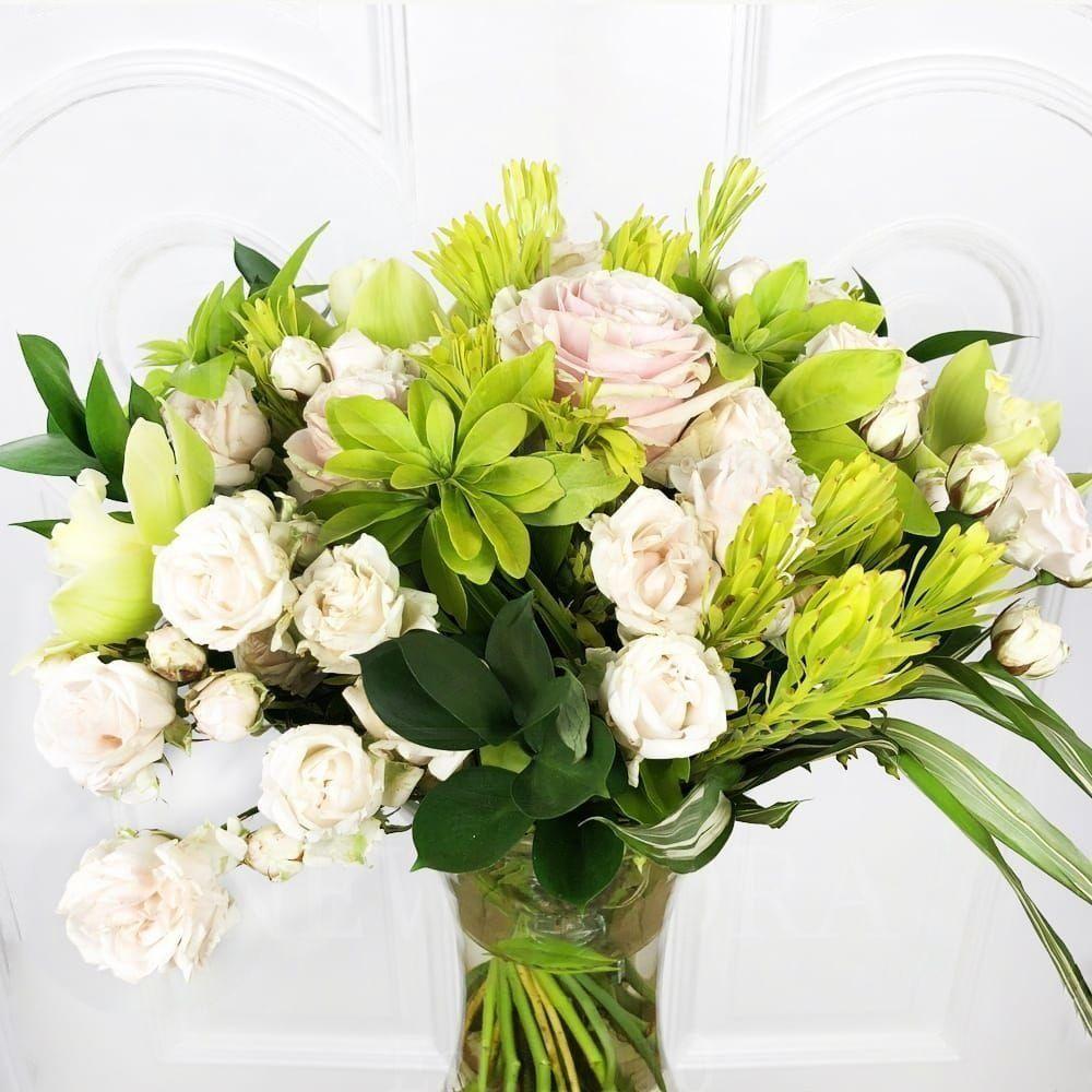 Букет 11 роз с орхидеями и экзотической зеленью