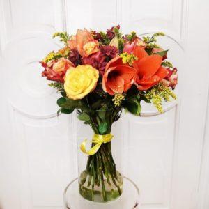 Букет 15 роз с амариллисами