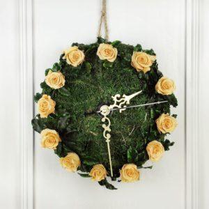 Настенные часы из стабилизированных цветов и мха