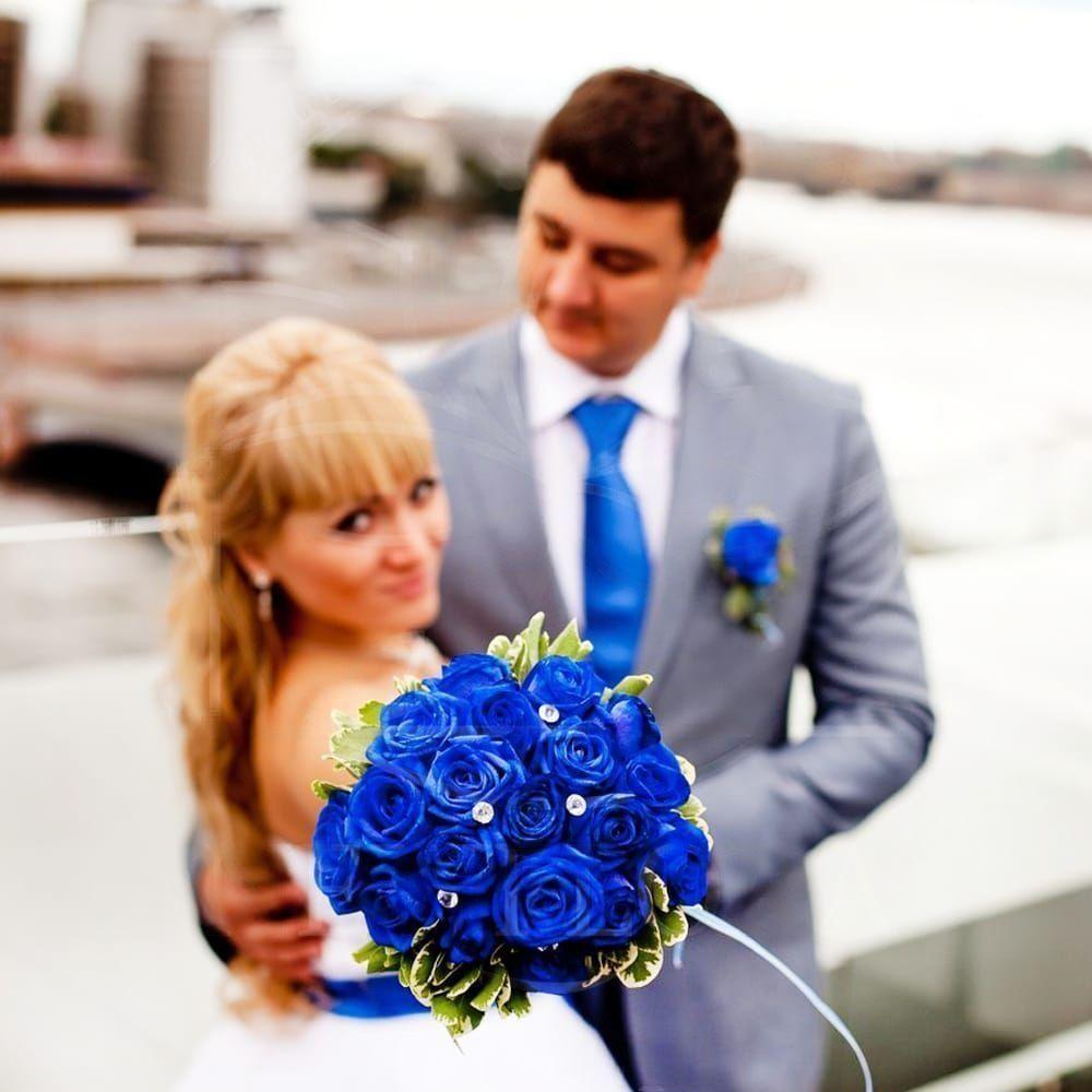 Свадебный букет 19 синих роз с зеленью
