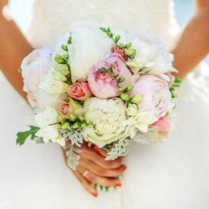 Свадебный букет с пионами, кустовыми розами и зеленью