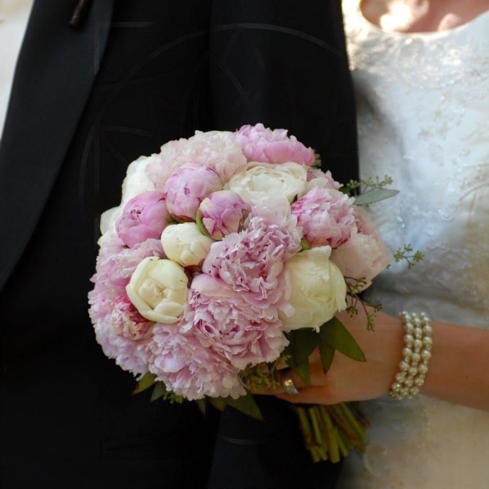 Свадебный букет из 25 пионов белых и розовых