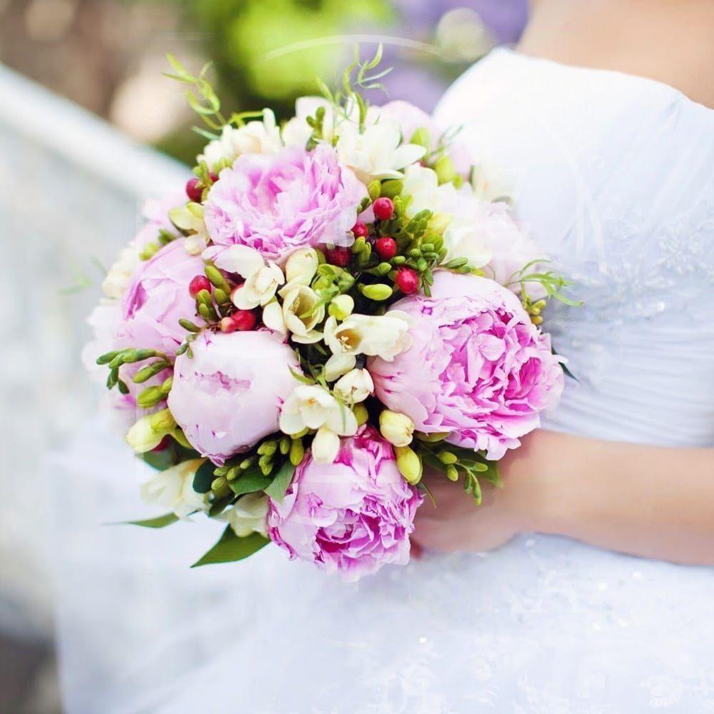 Свадебный букет из 11 пионов с фрезией
