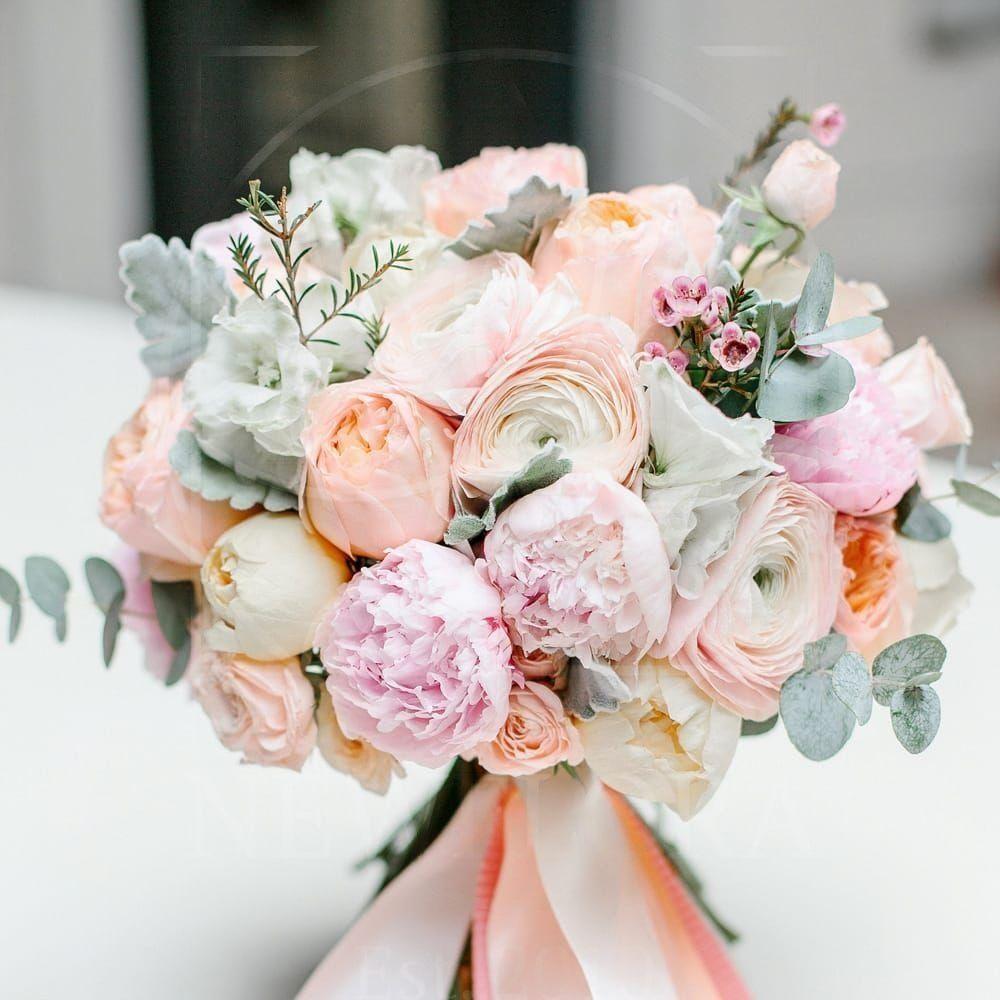 Свадебный букет с пионами, ранункулюсами, эвкалиптом и ваксфлауэр