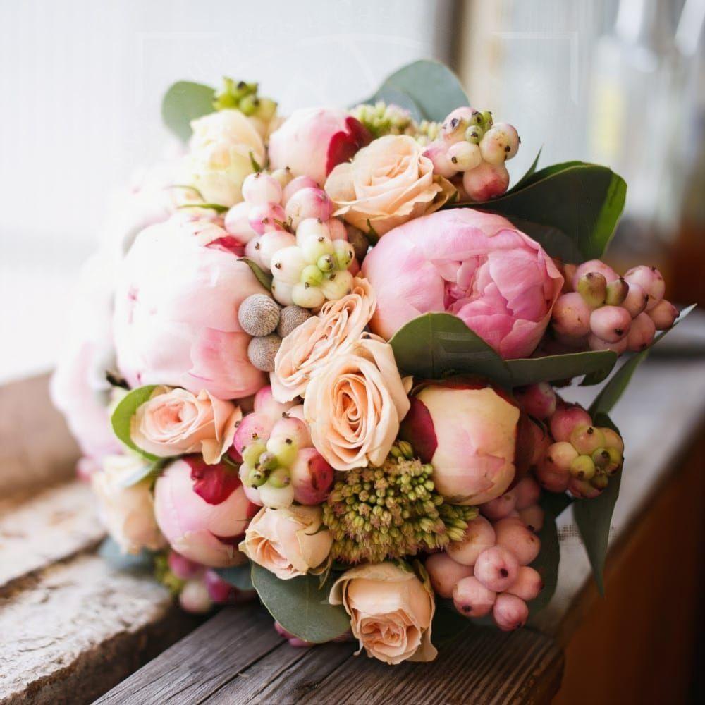 Свадебный букет 9 пионов с брунией, розамми и снежноягодником