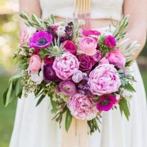 Свадебный букет с анемонами, пионами и пионовидными розами