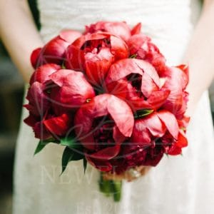 Свадебный букет из 15 крупных красных пионов