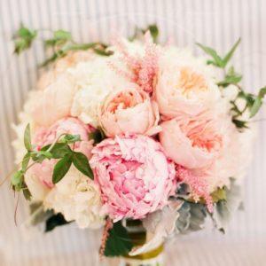 Свадебный букет из пионов и пионовидных роз с астильбой